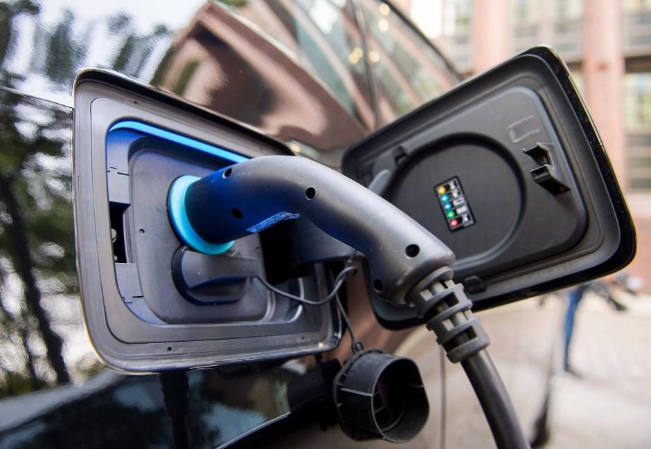 Akku aufladen und losfahren: Elektroautos werfen die Frage auf, wie man deren Lithium-Ionen-Akkus am besten recycelt.