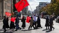 Erdogan-Anhänger ziehen anlässlich des Staatsbesuchs des türkischen Präsidenten in Berlin durch die Straßen. Aber auch Demonstrationen gegen den Besuch sind geplant.