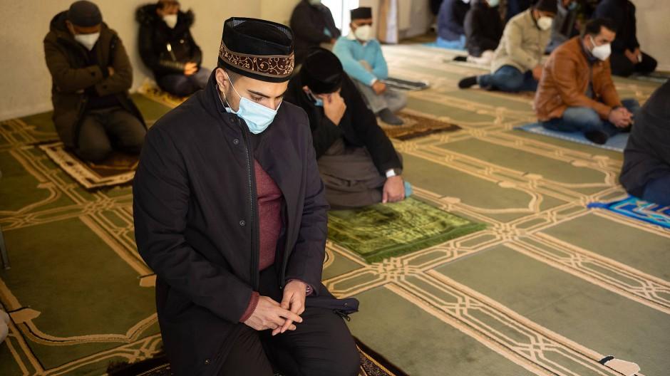 Nuur-Moschee: Beim Freitagsgebet der islamischen Ahmadiyya- Gemeinde in Sachsenhausen gilt strikte Maskenpflicht.