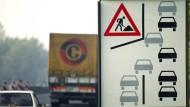 Bitte integrieren Sie sich jetzt: Ein Verkehrsschild fordert zum Reißverschluss-Verfahren auf.