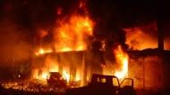 Flammen schlagen aus einem brennenden Gebäude in Dhaka.