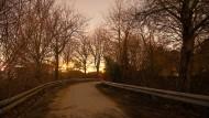 Zwischen Bretzenheim und Stadion: Die Brücke über die Koblenzer Straße erhellt keine einzige Lampe.