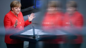 Opposition teilt heftig gegen Merkel und Seehofer aus
