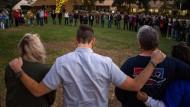 Nach dem Amoklauf in einem Nachtclub haben sich Trauernde in Thouasand Oaks versammelt.