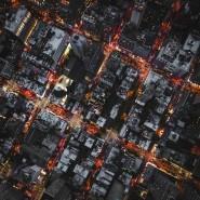 Das abendlich erhellte New York aus der Vogelperspektive.