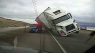 Lastwagen kippt bei voller Fahrt um