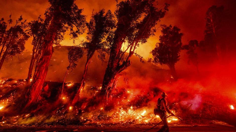 Die Flammen werden an manchen Orten immer häufiger wüten: Feuer im kalifornischen Santa Paula im November 2019.