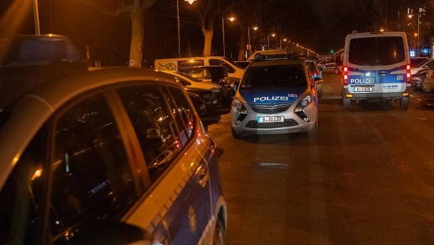 Corona-Leugner versammeln sich abermals vor Bar in Berlin