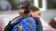 Zwei Angehörige der Erschossenen trauern am Sonntag in Seattle um die schwangere Frau.