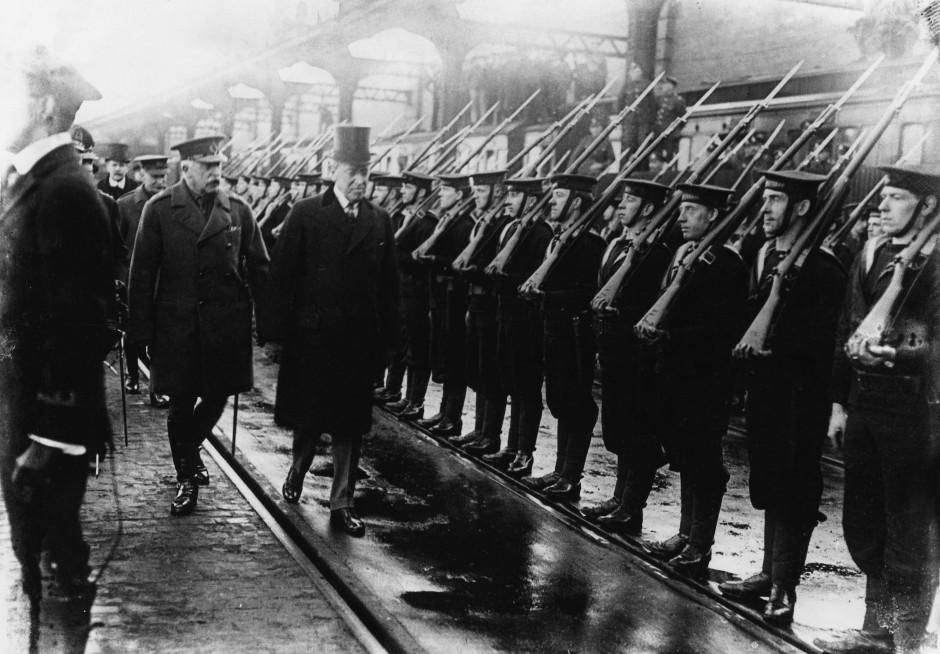 Auf diesem undatierten Bild aus dem Ersten Weltkrieg schreitet der amerikanische Präsident Woodrow Wilson (mit Zylinder) eine Ehrenformation von Marinesoldaten in England ab.