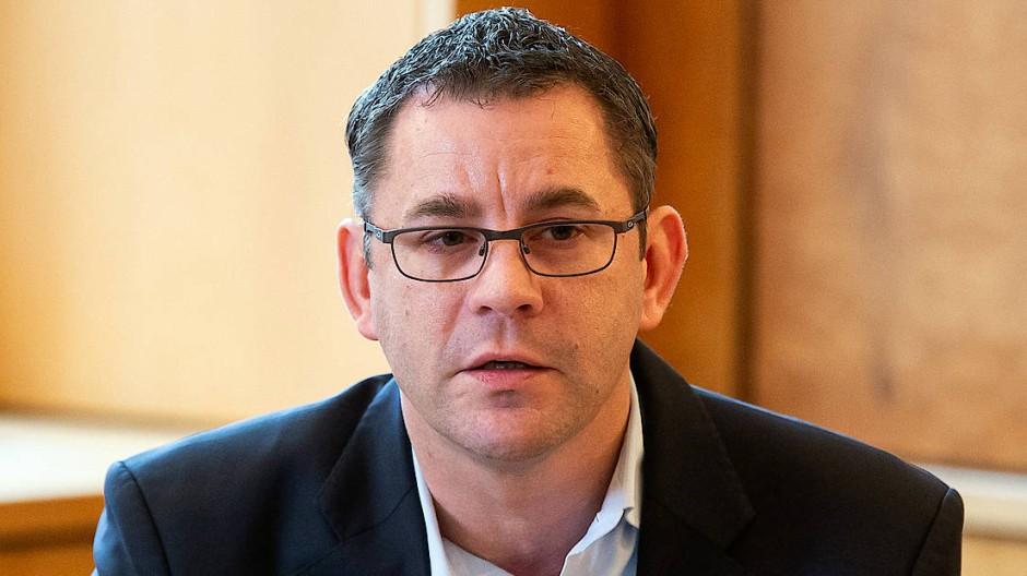 Sven Gerich (SPD), Oberbürgermeister von Wiesbaden, gibt im Rathaus eine Pressekonferenz. Gegen ihn laufen Ermittlungen wegen des Verdachts der Vorteilsannahme. (Archivbild)