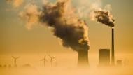 Das Kohlekraftwerk Mehrum neben Windrädern in Hohenhameln