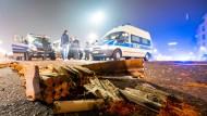 Verbrannte Feuerwerkskörper und dahinter ist die Polizei im Einsatz: Silvester im vergangenen Jahr