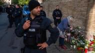 Hohes Polizeiaufgebot: Menschen gedenken am Donnerstag vor der Synagoge in Halle der zwei Opfer.