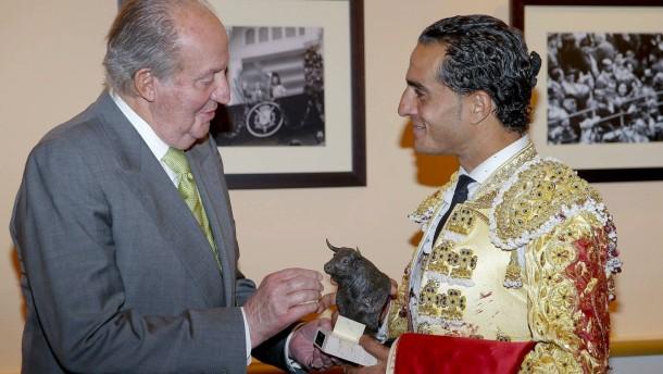 Juan carlos übergibt eine statue an den stierkämpfer ivan fandino