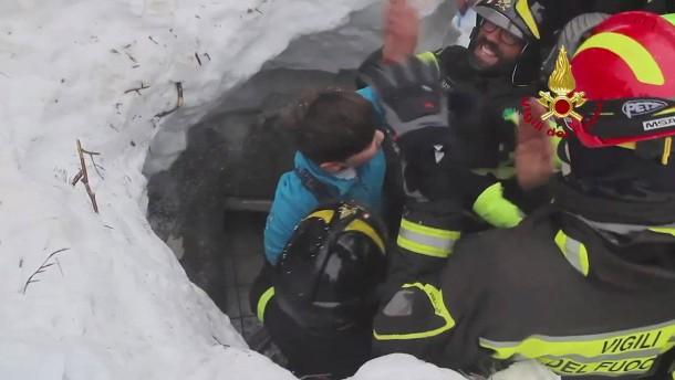 Lawinen-Unglück in Italien: Überlebende aus Hotel gerettet