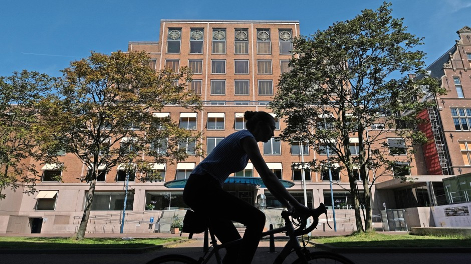 Radfahren in Den Haag – vorbei an der Zentrale von Shell, lange ein führendes Unternehmen des niederländischen Leitindex AEX.