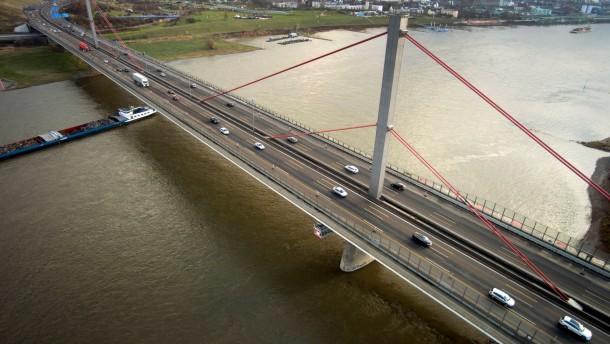 Rheinbrücke bei Leverkusen für Lastwagen gesperrt