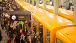 Polizei sucht mit Fahndungsbildern nach U-Bahn-Treter
