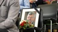 Beim Festumzug des 59. Hessentags steht ein Foto des erschossenen Kasseler Regierungspräsidenten Lübcke auf einem Platz der Ehrentribüne.