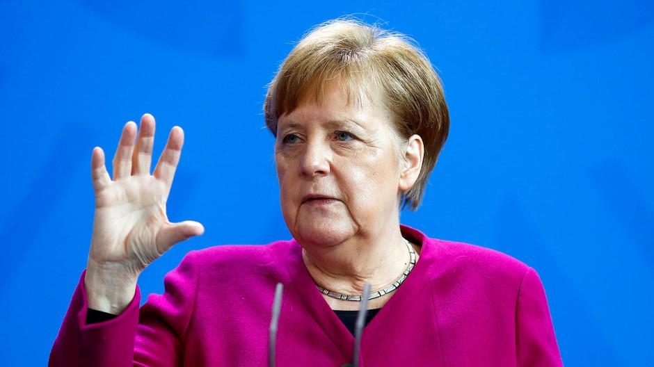 Nein, am 30. April will Kanzlerin Merkel noch nicht über mögliche weitere Lockerungen entscheiden. Auch nicht am 5. Mai, sondern genaugenommen am 6. Mai. Dann sind nach ihrer Lesart zwei Wochen seit der letzten Entscheidung vergangen.