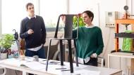 """Gilli Kuchik und Ran Amitai mit ihrem Stuhl """"Vela"""""""