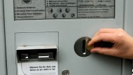 Wird um einen Euro je Stunde teurer: Parkschein in der Frankfurter Innenstadt
