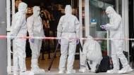 Mitarbeiter der Spurensicherung gehen am Tatort jedem Hinweis nach.