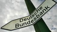 Ein Schild weist in Frankfurt am Main auf die Hauptverwaltung der Deutschen Bundesbank.