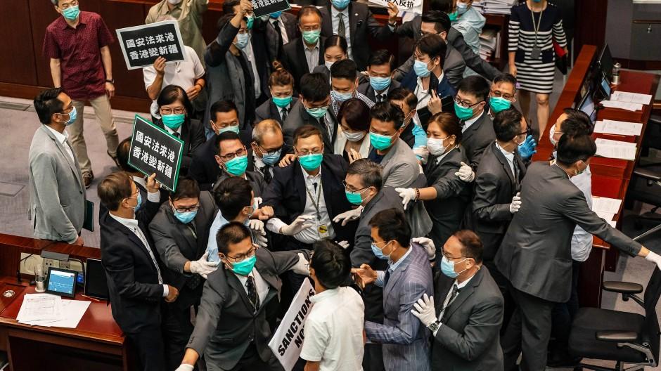 Prodemokratische Abgeordnete protestieren am 22. Mai in Hongkongs Parlament.