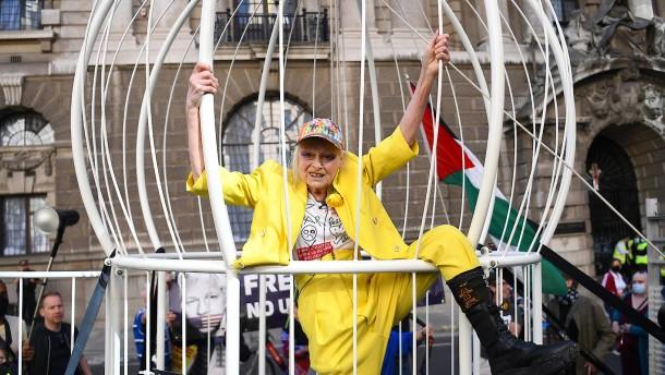 Modeschöpferin Westwood demonstriert für Freilassung Assanges