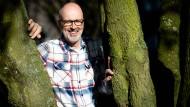 Peter Wohlleben geht zärtlich mit Bäumen um
