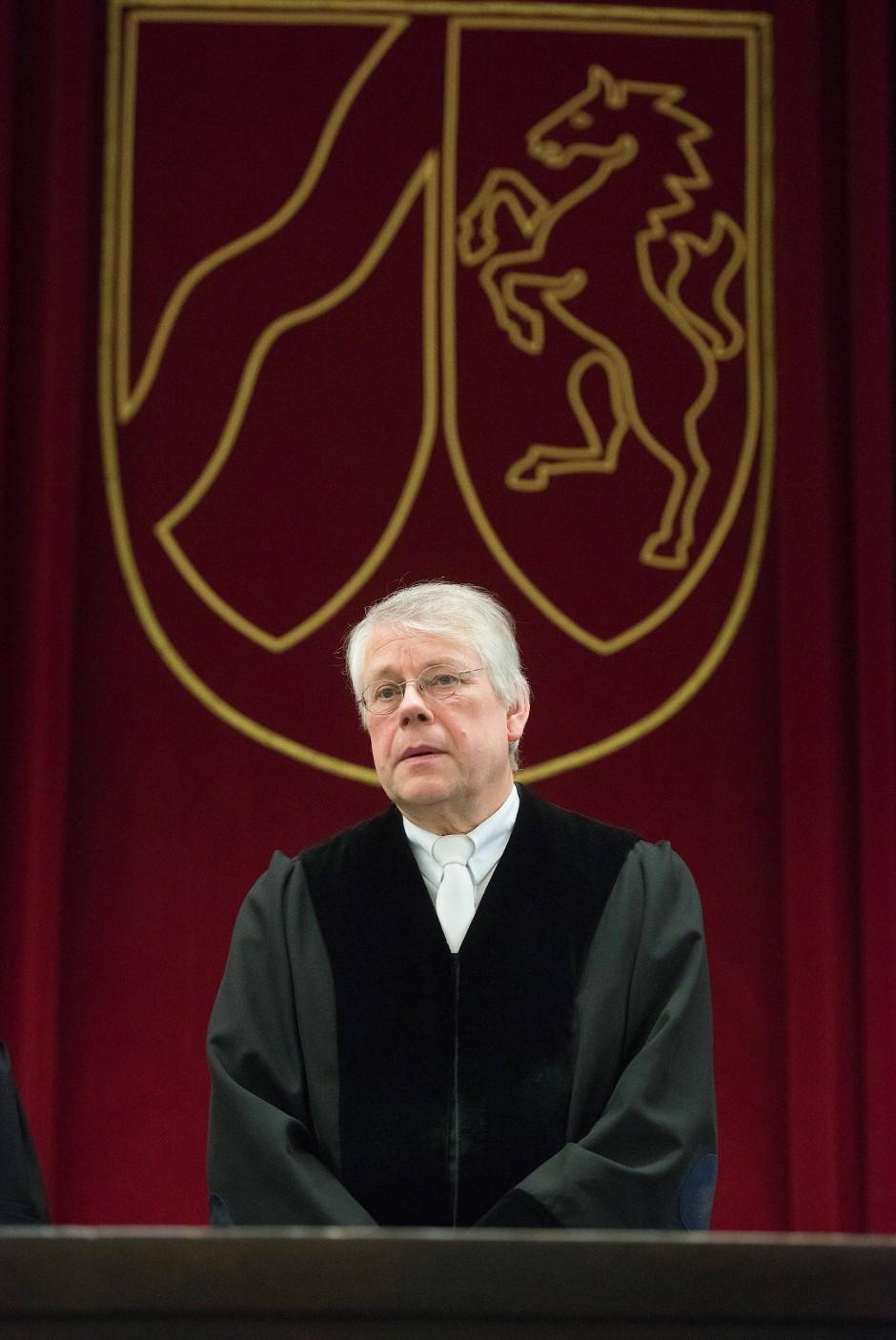 Richter Bernd Emminghaus fragt das Naheliegende: Wie es dazu kommen konnte, dass sich Angelika W. in Wilfried W. verliebte?
