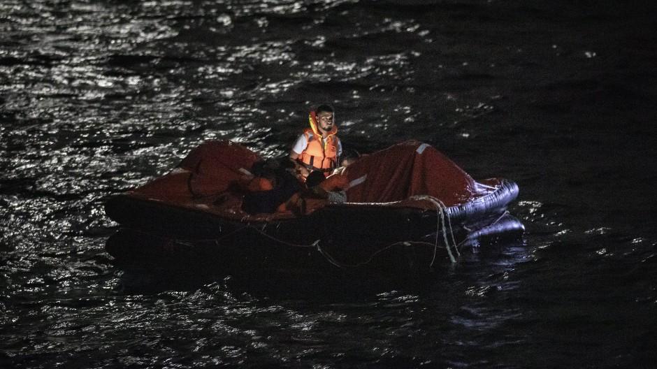 Mitarbeiter der spanischen NGO Open Arms bei der Rettung einer Gruppe Tunesier am 25. Juli vor Lampedusa