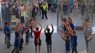 Hysterie allerorten: Mitarbeiter des Apple Store applaudieren einem der ersten Käufer des neuen iPhone beim Verlassen des Geschäfts - beobachtet von einer Menschenmenge
