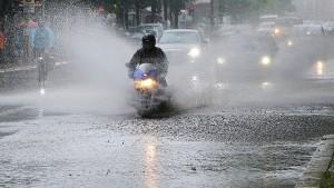 Heftiger Regen legt die Hauptstadt lahm
