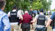 Ortstermin: Ein Angeklagter im Mordfall kehrt im Mai 2015 nach Maintal zurück. Damals wurde die Tat auf dem heruntergekommenen Reiterhof rekonstruiert.