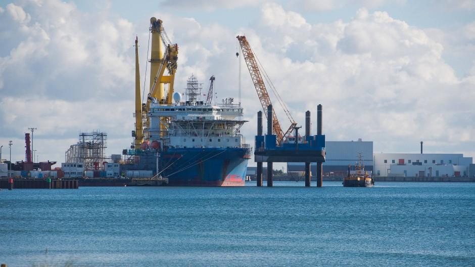 """Im Hafen von Sassnitz-Mukran auf Rügen: Das russische Verlegeschiff """"Akademik Tscherski"""" wird auf seinen Einsatz zum Weiterbau der Ostsee-Pipeline Nord Stream 2 vorbereitet."""