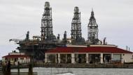 """Die Preise für Öl steigen bereits: durch """"Harvey"""" gesunkenes Boot vor der Ölplattform bei Port Aransas"""