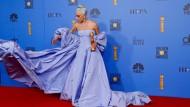 Der Blickfang: Lady Gaga war mit A Star Is Born eigentlich Favoritin des Abends, einen Preis gab es nur für den besten Filmsong. Die Aufmerksamkeit war dennoch verdient.