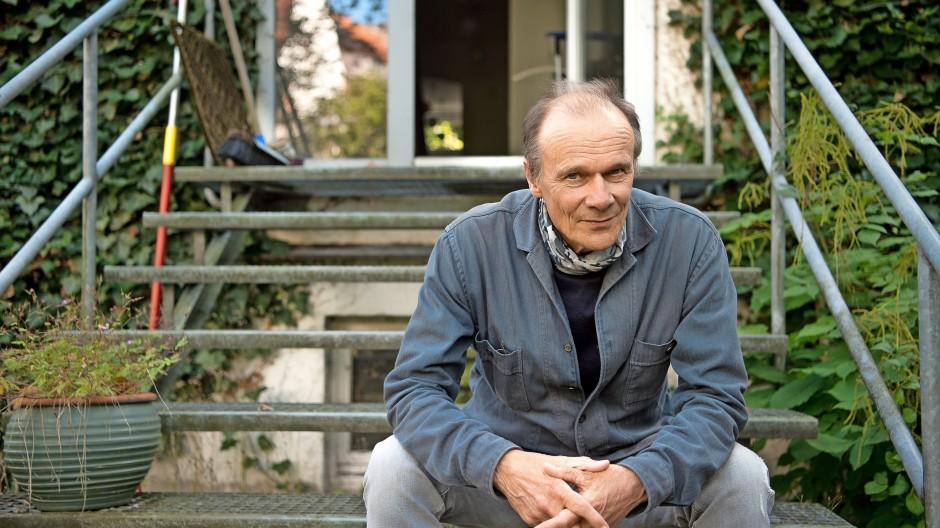 Der Schauspieler Edgar Selge im Garten seines Münchener Hauses,  September 2021
