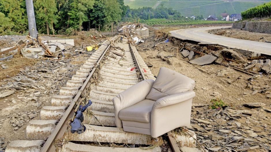Von innen nach außen –  die zerstörten  Gleise der Ahrtalbahn bei Marienthal, daneben die zerstörte Bundesstraße B 267.