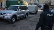 Großeinsatz: Polizisten transportieren am 6. Januar im westpfälzischen Lauterecken Sprengstoff in Spezialbehältern ab
