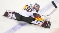 Ziemlich gelenkig, aber angeschlagen: Torwart Philipp Grubauer geht nach einer halben Stunde vorzeitig vom Eis.