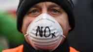 Luftverschmutzung durch Stickstoffdioxid (NO2) könnte nach Aussage der Bundesregierung Allergien verstärken.
