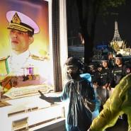Demokratieaktivisten stehen während einer Demonstration in Bangkok im November vor einem Portrait des thailändischen Königs.