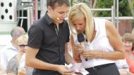 """Moderatorin Andrea Kiewel mit Benno Six bei einer Übertragung des """"Fernsehgartens""""."""