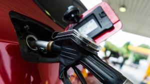 Wird Benzin immer pünktlich zur Urlaubsreise teurer?