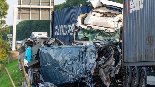 Vier Tote bei Auffahrunfall auf Autobahn bei Paderborn