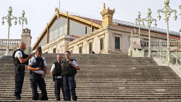 Angreifer von Marseille trat unter sieben Identitäten auf